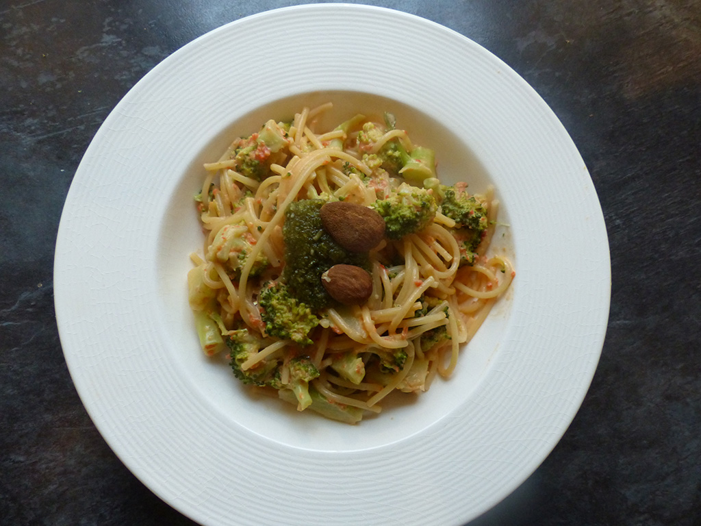 Spaghetti with almonds and broccoli